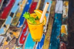 Odporny reklamiarstwo, anty podżegający smoothie z pomarańcze i turmeric, Detox ranku soku napój, czysty łasowanie fotografia stock