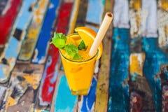Odporny reklamiarstwo, anty podżegający smoothie z pomarańcze i turmeric, Detox ranku soku napój, czysty łasowanie obrazy royalty free