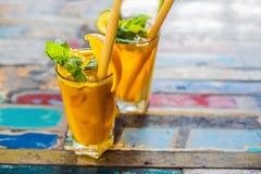 Odporny reklamiarstwo, anty podżegający smoothie z pomarańcze i turmeric, Detox ranku soku napój, czysty łasowanie obrazy stock