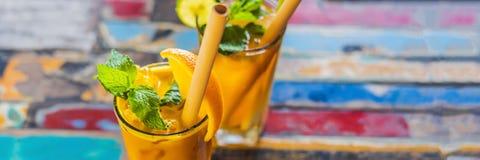Odporny reklamiarstwo, anty podżegający smoothie z pomarańcze i turmeric, Detox ranku soku napój, czysty łasowanie sztandar obraz royalty free
