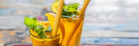 Odporny reklamiarstwo, anty podżegający smoothie z pomarańcze i turmeric, Detox ranku soku napój, czysty łasowanie sztandar fotografia stock