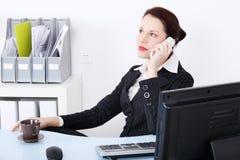 odpowiadania bizneswomanu telefonu obsiadanie Obrazy Stock