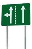 Odpowiedni ruchów drogowych pasy ruchu przy rozdroża złączem, skręt w lewo wyjście naprzód, odizolowywający zielony drogowy znak, fotografia stock