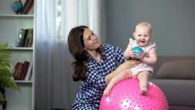Odpowiedzialna matka robi wczesnemu rozwojowi ćwiczy z aktywną dziewczynką zdjęcie royalty free