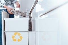 Odpowiedzialna osoba sortuje papier zdjęcie stock