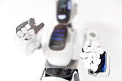 Odpowiedzialny droid pracuje z postępową pastylką Fotografia Royalty Free