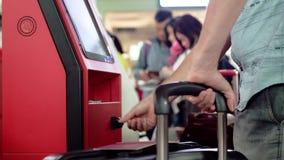 Odprawa przy zaradności biurkiem w lotnisku, zakończenie w górę ręk z walizką zdjęcie wideo