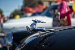 Odróżniać znaka na kapiszonie retro samochodowy Volga GAZ-21 w t Obraz Royalty Free