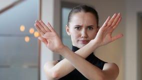 Odrzucający, Zaprzeczająca kobieta w biurze zbiory wideo