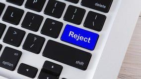 Odrzutu słowo na błękitnym komputerowej klawiatury guziku royalty ilustracja