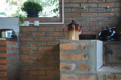 Odsłonięty cegła stół, czajnik i Fotografia Royalty Free