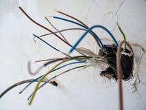 Odsłonięty nowy elektryczny drutowanie podczas gdy odnawiący starego dom, Belg zdjęcia stock