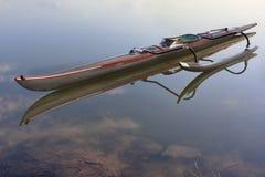Odsadni czółno na spokojnym jeziorze Obrazy Stock