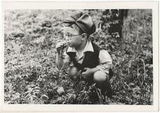 Odsowjetische Schwarzweiss-Porträtphotographie eines kleinen Jungen Stockfotografie