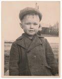 Odsowjetische Schwarzweiss-Porträtphotographie eines kleinen Jungen Lizenzfreies Stockfoto