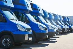 Odtransportowanie firma usługowa handlowi doręczeniowi samochody dostawczy w rzędzie fotografia stock