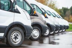 Odtransportowanie firma usługowa handlowi doręczeniowi samochody dostawczy w rzędzie zdjęcie stock
