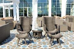 Odtwarzań krzesła na tarasie przy luksusowym hotelem Zdjęcia Royalty Free
