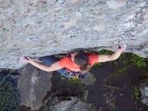 Odważna dziewczyna wspina się up falezę Fotografia Royalty Free