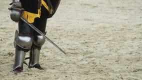 Odważny rycerz oddycha ciężko po srogiego zderzenia z kordzikiem i osłoną w rękach zdjęcie wideo