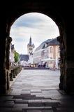 Odważniak, Niemcy, widok przez Porta Nigra centrum miasta Obraz Royalty Free