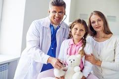Odwiedzać pediatra obraz royalty free