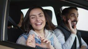 Odwiedzać przedstawicielstwa firmy samochodowej Piękna rodzina jest dancingowa i uśmiechnięta podczas gdy siedzący w ich nowym sa zbiory