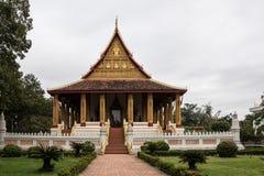 Odwiedzaj?cy Haw Phra Kaew, tak?e pisa? jak Prakeo w Vientiane Ho, Laos zdjęcie stock