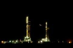 Odwiert naftowy przy nocą fotografia stock