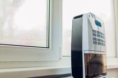 Odwilżacz z dotyka panelem, wilgotność wskaźnik, ultrafioletowa lampa, lotniczy jonizator, wodny zbiornik pracuje mokrym okno obraz stock
