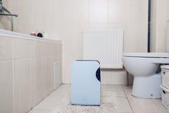 Odwilżacz z dotyka panelem, wilgotność wskaźnik, ultrafioletowa lampa, lotniczy jonizator, wodny zbiornik pracuje w łazience Lotn zdjęcie royalty free