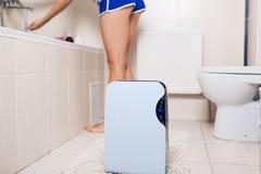 Odwilżacz z dotyka panelem, wilgotność wskaźnik, ultrafioletowa lampa, lotniczy jonizator, wodny zbiornik pracuje w łazience Lotn obrazy stock