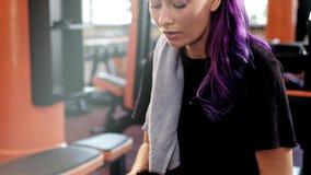 Odwilżanie treningu kobiety atlety gym napoju woda zbiory wideo