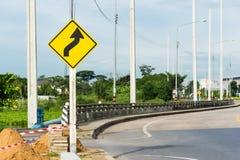 Odwrotny krzywa znaka zawiadomienia ostrzeżenie koszowa droga Obrazy Royalty Free