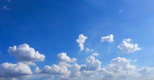Odwrotny niebieskie niebo z powraca chmurę zdjęcie royalty free