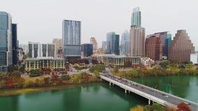 Odwrotny widok z lotu ptaka Austin linia horyzontu na chmurzącym dniu zbiory wideo
