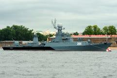 Łodzi podwodnej korweta Urengoi podczas morskiej parady dla marynarki wojennej Zdjęcie Royalty Free