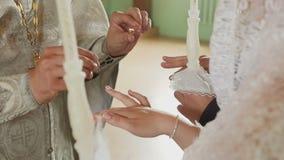 Odzież dzwoni przy ślubem w kościół zdjęcie wideo