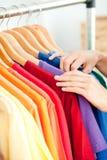 odzieżowego klienta żeński latynoski target1000_0_ obrazy stock