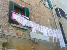 Odzieżowy obwieszenie na pralni linii zdjęcia royalty free