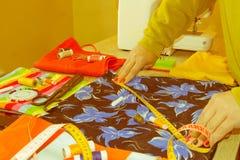 Odzieżowy projektant przy pracą w jej biurze Żeński projektant mody Zdjęcie Royalty Free