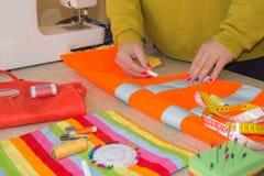 Odzieżowy projektant przy pracą w jej biurze Żeński projektant mody pracuje przy studiiem Zdjęcie Royalty Free