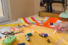 Odzieżowy projektant przy pracą w jej biurze Żeński projektant mody pracuje przy studiiem Zdjęcie Stock