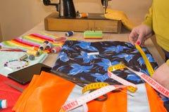 Odzieżowy projektant przy pracą w jej biurze Żeński projektant mody pracuje przy studiiem Obraz Stock