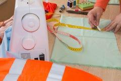 Odzieżowy projektant przy pracą w jej biurze Żeński projektant mody pracuje przy studiiem Szata przemysł Obrazy Royalty Free