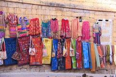 Odzieżowy sklep w Jaisalmer indu 5th, Styczeń, 2012 fotografia stock