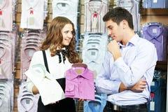odzieży asystenta ubrania obsługują zakupy Zdjęcia Stock