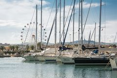 Łodzie cumowali w marina Pescara przy zmierzchem w i Ferris Zdjęcie Stock
