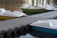 Łodzie i catamarans przy molem fotografia stock