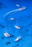Łodzie i jachty na lazurowym morzu Fotografia Stock